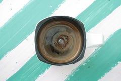 Ένα φλυτζάνι του φυσικού καφέ στις διαφορετικές επιφάνειες Στοκ Εικόνα
