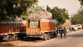 Ένα φορτηγό που φορτώνεται με τα βιομηχανικά απόβλητα Στοκ εικόνες με δικαίωμα ελεύθερης χρήσης
