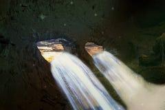 Ένα φουτουριστικό τοπίο με έναν καταρράκτη σε μια σπηλιά Στοκ εικόνες με δικαίωμα ελεύθερης χρήσης
