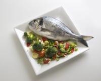 Ένα φρέσκο χρυσό ψάρι με τις πατάτες και μαϊντανός σε ένα πιάτο που βλέπει άνωθεν 3 στοκ εικόνα