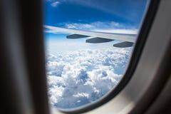 Ένα φτερό αεροπλάνων μέσω του παραθύρου αεροπλάνων Στοκ φωτογραφίες με δικαίωμα ελεύθερης χρήσης