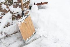 Ένα φτυάρι είναι για την αφαίρεση χιονιού Στοκ εικόνα με δικαίωμα ελεύθερης χρήσης