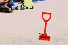 Ένα φτυάρι στην άμμο στοκ εικόνα