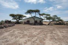 Ένα φτωχό αιθιοπικό χωριό διάφορων μικρών σπιτιών κάτω από τα δέντρα κατάκλισης στο κόκκινο έδαφος ερήμων Στοκ Φωτογραφία