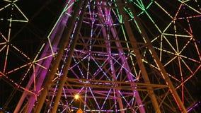Ένα φως ροδών Ferris παρουσιάζει τη νύχτα βίντεο απόθεμα βίντεο
