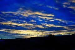Ένα φωτεινό μπλε ηλιοβασίλεμα στο Νέο Μεξικό στοκ εικόνες με δικαίωμα ελεύθερης χρήσης