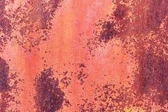Ένα φύλλο του παλαιού σκουριασμένου μετάλλου που χρωματίζεται με το κόκκινο ραγισμένο χρώμα αφηρημένη ανασκόπηση ανασκόπηση μεταλ Στοκ Εικόνα