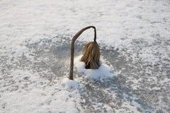 Ένα φύλλο Lotus με το χιόνι και πάγος το χειμώνα Στοκ φωτογραφία με δικαίωμα ελεύθερης χρήσης