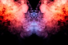 Ένα φύσημα του χρωματισμένου καπνού που διασκορπίζει και που αυξάνεται προς τα πάνω όπως έναν στυλοβάτη της πυρκαγιάς σε ένα μαύρ στοκ εικόνα με δικαίωμα ελεύθερης χρήσης