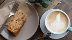 Ένα φλιτζάνι του καφέ και ένα κομμάτι του κέικ απόθεμα βίντεο