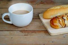 Ένα φλιτζάνι του καφέ και ένα ψωμί Στοκ εικόνες με δικαίωμα ελεύθερης χρήσης