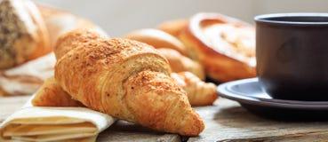 Ένα φλιτζάνι του καφέ και ένα Croissant Στοκ εικόνες με δικαίωμα ελεύθερης χρήσης