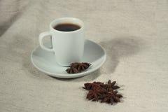 Ένα φλιτζάνι του καφέ και ένα truestar anisetree Στοκ εικόνα με δικαίωμα ελεύθερης χρήσης