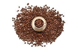 Ένα φλιτζάνι του καφέ και τα σιτάρια διασκόρπισαν σε ένα άσπρο υπόβαθρο Στοκ εικόνα με δικαίωμα ελεύθερης χρήσης