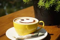 Ένα φλιτζάνι του καφέ με είναι χαμόγελο στοκ φωτογραφίες με δικαίωμα ελεύθερης χρήσης