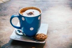 Ένα φλιτζάνι του καφέ με τα μπισκότα Στοκ φωτογραφία με δικαίωμα ελεύθερης χρήσης