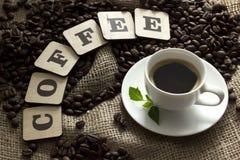 Ένα φλιτζάνι του καφέ, μια κανέλα και επιστολές Στοκ εικόνα με δικαίωμα ελεύθερης χρήσης