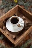 Ένα φλιτζάνι του καφέ σε ένα εκλεκτής ποιότητας κιβώτιο Στοκ φωτογραφία με δικαίωμα ελεύθερης χρήσης