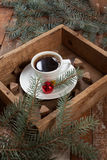 Ένα φλιτζάνι του καφέ σε ένα εκλεκτής ποιότητας κιβώτιο Στοκ Φωτογραφίες
