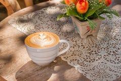 Ένα φλιτζάνι του καφέ latte Στοκ φωτογραφία με δικαίωμα ελεύθερης χρήσης