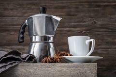 Ένα φλυτζάνι για τον καφέ και ένα δοχείο καφέ Στοκ Φωτογραφίες