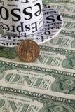 Ένα φλυτζάνι και αμερικανικό δολάριο καφέ Στοκ φωτογραφία με δικαίωμα ελεύθερης χρήσης