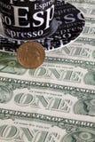 Ένα φλυτζάνι και αμερικανικό δολάριο καφέ Στοκ Φωτογραφία
