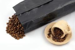 Ένα φλυτζάνι με τα φασόλια καφέ Στοκ εικόνες με δικαίωμα ελεύθερης χρήσης