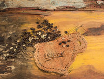 Ένα φλυτζάνι που ράβεται στη γιούτα με τα φασόλια καφέ Στοκ Εικόνα