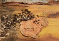 Ένα φλυτζάνι που ράβεται στη γιούτα με τα φασόλια καφέ Στοκ φωτογραφία με δικαίωμα ελεύθερης χρήσης