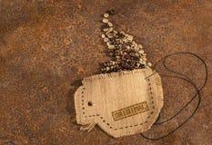 Ένα φλυτζάνι που ράβεται στο σύνολο γιούτας των φασολιών καφέ Στοκ εικόνα με δικαίωμα ελεύθερης χρήσης