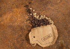 Ένα φλυτζάνι που ράβεται στο σύνολο γιούτας των φασολιών καφέ Στοκ Φωτογραφίες