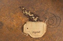 Ένα φλυτζάνι που ράβεται στο σύνολο γιούτας των φασολιών καφέ Στοκ φωτογραφία με δικαίωμα ελεύθερης χρήσης
