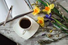 Ένα φλυτζάνι του αρωματικών μαύρων καφέ, της ταμπλέτας και των σημειώσεων Στοκ Εικόνες