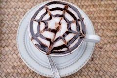 Ένα φλυτζάνι του καυτού mocca καφέ latte-τέχνης Στοκ Φωτογραφίες