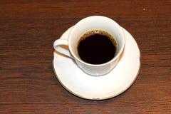 Ένα φλυτζάνι του μαύρου καφέ στον πίνακα Στοκ εικόνα με δικαίωμα ελεύθερης χρήσης