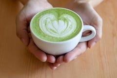 Ένα φλυτζάνι του πράσινου matcha τσαγιού latte Στοκ Φωτογραφίες