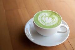 Ένα φλυτζάνι του πράσινου matcha τσαγιού latte Στοκ Εικόνες