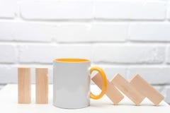 Ένα φλυτζάνι του τσαγιού ή ο καφές σταματά την αρχή ντόμινο χρυσή ιδιοκτησία βασικών πλήκτρων επιχειρησιακής έννοιας που φθάνει σ Στοκ φωτογραφία με δικαίωμα ελεύθερης χρήσης