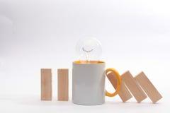 Ένα φλυτζάνι του τσαγιού ή ο καφές σταματά την αρχή ντόμινο χρυσή ιδιοκτησία βασικών πλήκτρων επιχειρησιακής έννοιας που φθάνει σ Στοκ Εικόνες