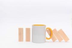 Ένα φλυτζάνι του τσαγιού ή ο καφές σταματά την αρχή ντόμινο χρυσή ιδιοκτησία βασικών πλήκτρων επιχειρησιακής έννοιας που φθάνει σ Στοκ Εικόνα