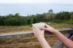 Ένα φλυτζάνι του τσαγιού ή του καφέ στα χέρια Στοκ φωτογραφίες με δικαίωμα ελεύθερης χρήσης