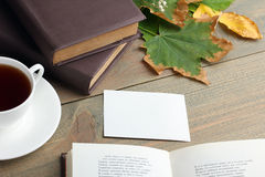 Ένα φλυτζάνι του τσαγιού με ένα βιβλίο Στοκ Φωτογραφία