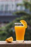Ένα φλυτζάνι του χυμού από πορτοκάλι Στοκ Φωτογραφία