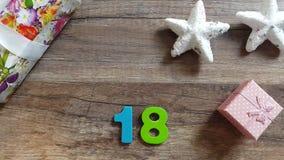 Ένα χέρι ατόμων ` s παίρνει τον αριθμό το 2018 από έναν ξύλινο πίνακα με τις διακοσμήσεις Χριστουγέννων απόθεμα βίντεο
