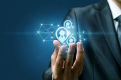 Ένα χέρι ενός επιχειρηματία που κρατά μια δομή της πιθανής δομής πελατών στοκ εικόνες