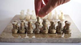 Ένα χέρι που κινεί ένα κομμάτι της σκακιέρας απόθεμα βίντεο