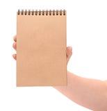 Ένα χέρι που κρατά ένα ανακυκλωμένο σημειωματάριο Στοκ εικόνες με δικαίωμα ελεύθερης χρήσης
