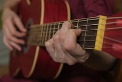 Ένα χέρι που παίζει την κιθάρα Στοκ Φωτογραφίες