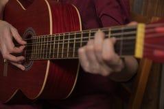 Ένα χέρι που παίζει την κιθάρα Στοκ εικόνα με δικαίωμα ελεύθερης χρήσης